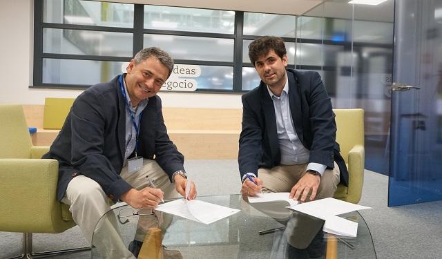 Juan Antonio Latasa, presidente de MITEF, y Gonzalo Trigo, director de innovación y business value de VASS, firmando el acuerdo